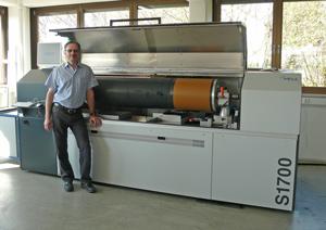 Mathias Klein (Geschäftsführer) vor dem neuen PremiumSetter mit 1700 mm Zylinderbreite