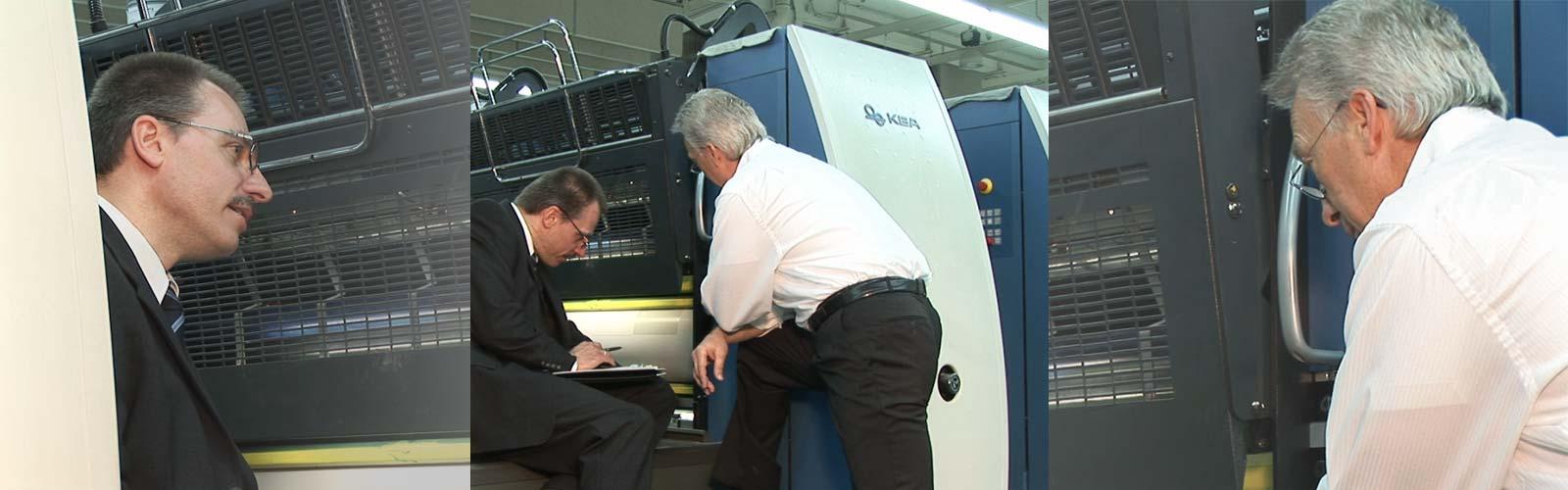 BIRKAN-Techniker an Bogenoffset-Druckmaschine